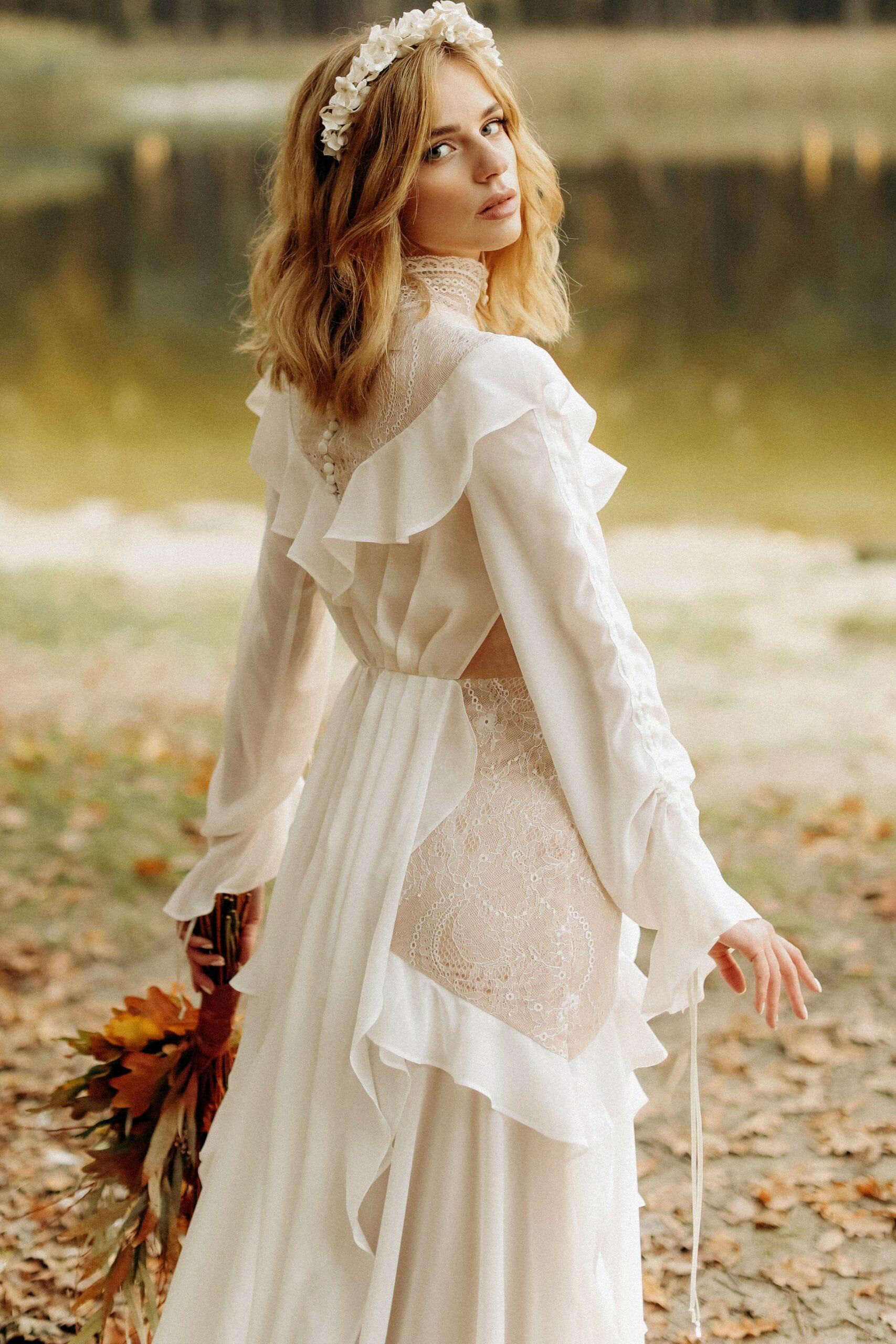 Свадебное платье прямого силуэта, стиль рустик, цвет молочный нюдовый, бренд LORA SONG, коллекция Bohemiam Of Wildlife, имя Crystal