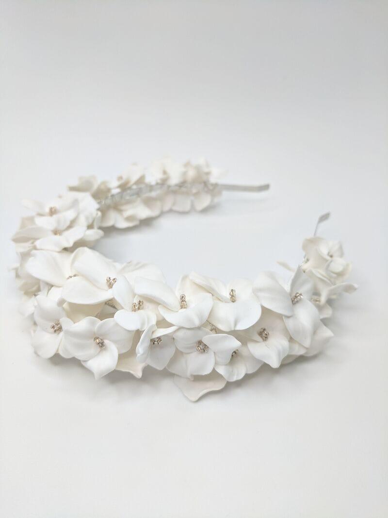 Дизайнерский свадебный ободок на голову с белыми цветами, артикул 34085002, фото №1
