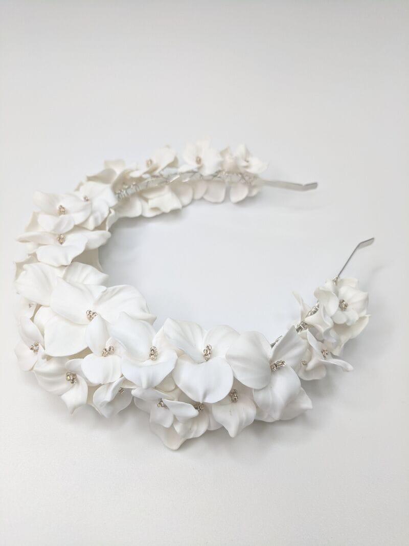 Дизайнерский свадебный ободок на голову с белыми цветами, артикул 34085002, фото №2