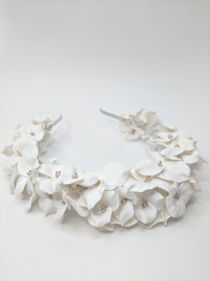 Дизайнерский свадебный ободок на голову с белыми цветами, артикул 34085002, фото №4