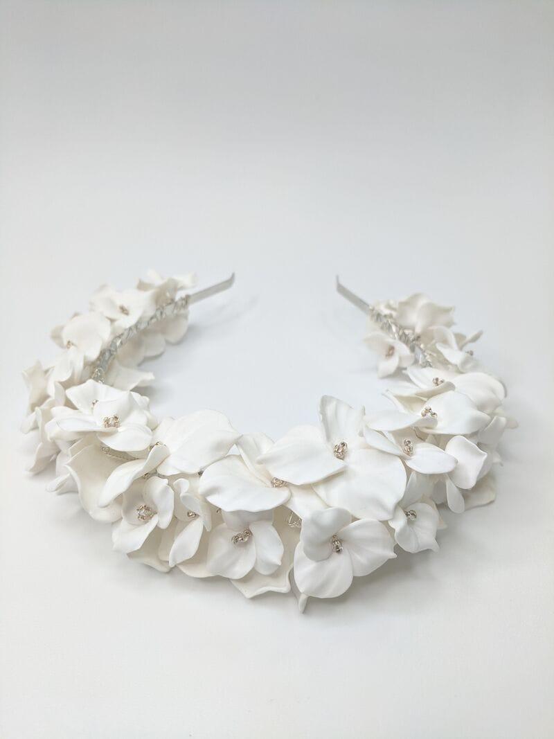 Дизайнерский свадебный ободок на голову с белыми цветами, артикул 34085002, фото №5