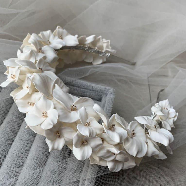 Дизайнерский свадебный ободок на голову с белыми цветами, артикул 34085002, фото №6