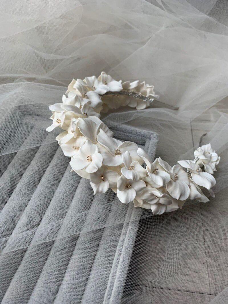 Дизайнерский свадебный ободок на голову с белыми цветами, артикул 34085002, фото №7