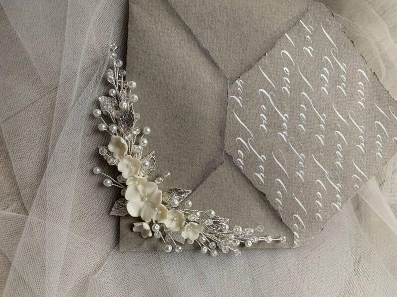 Свадебный гребень с цветами и листиками в серебре, артикул 34098003, фото №3