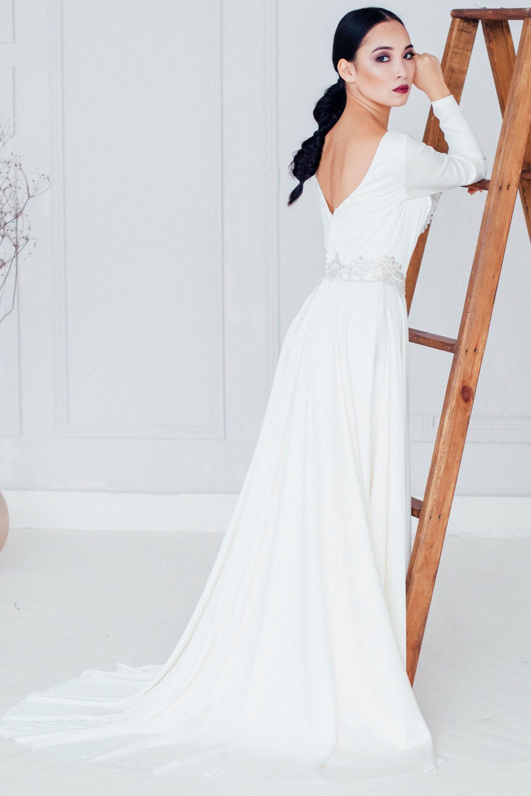 Свадебное платье из шёлка с закрытым декольте цвета айвори, классического стиля, а-силуэт