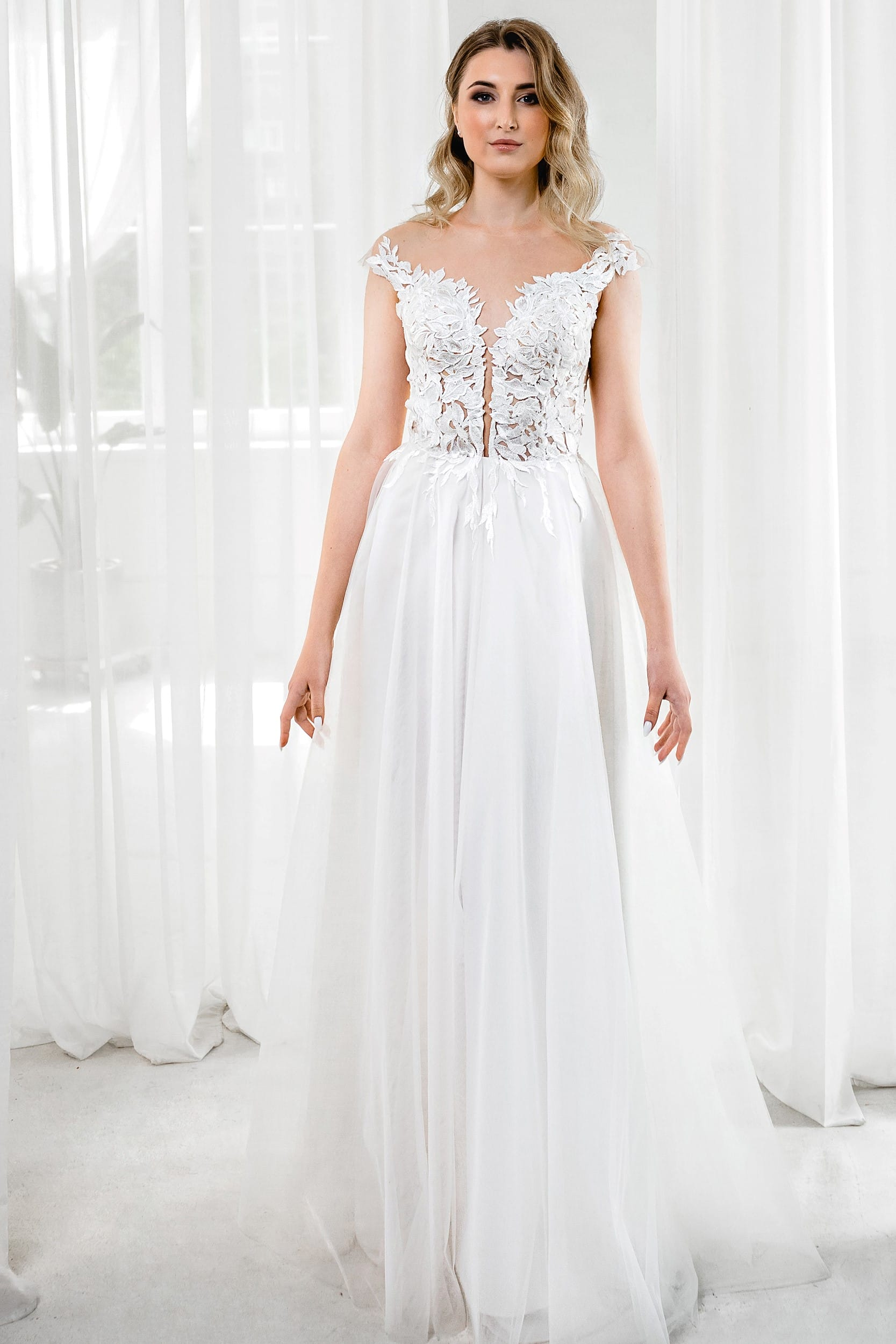 Свадебное платье без рукавов с открытой спиной и открытым декольте цвет молочный классический стиль а-силуэт