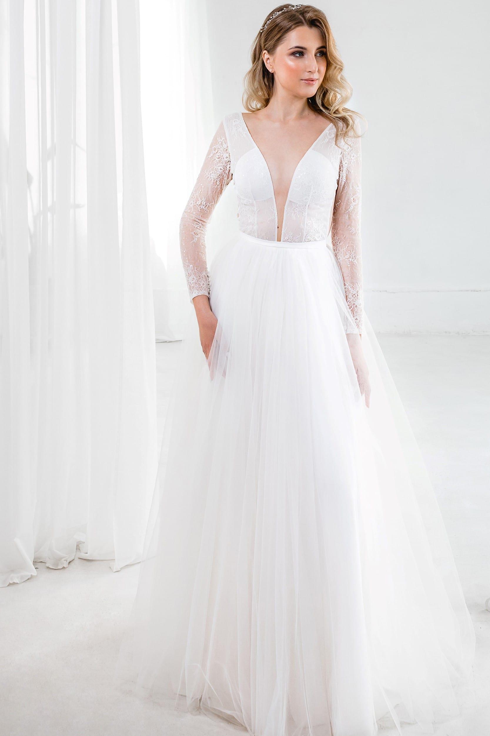 Свадебное платье с длинным рукавом и открытым декольте, открытая спина, а-силуэт, молочный цвет, стиль классический