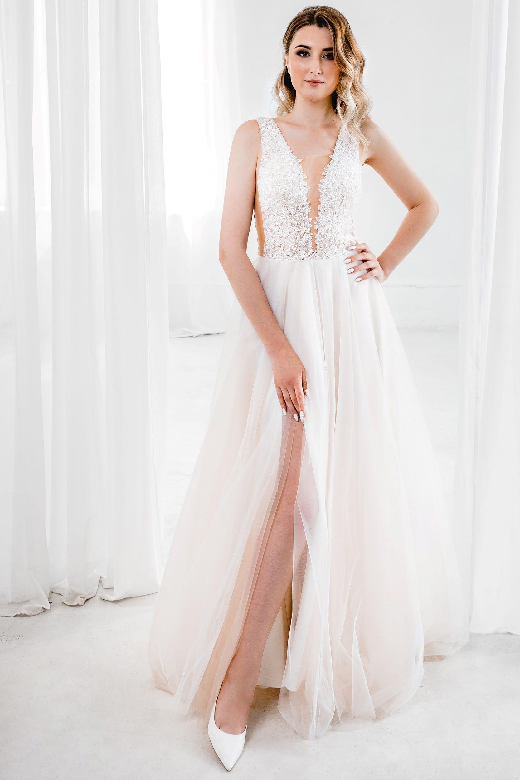 Свадебное платье с открытыми плечами, открытым декольте и открытой спиной. А-силуэт, стиль классический, цвет песочный, без рукава