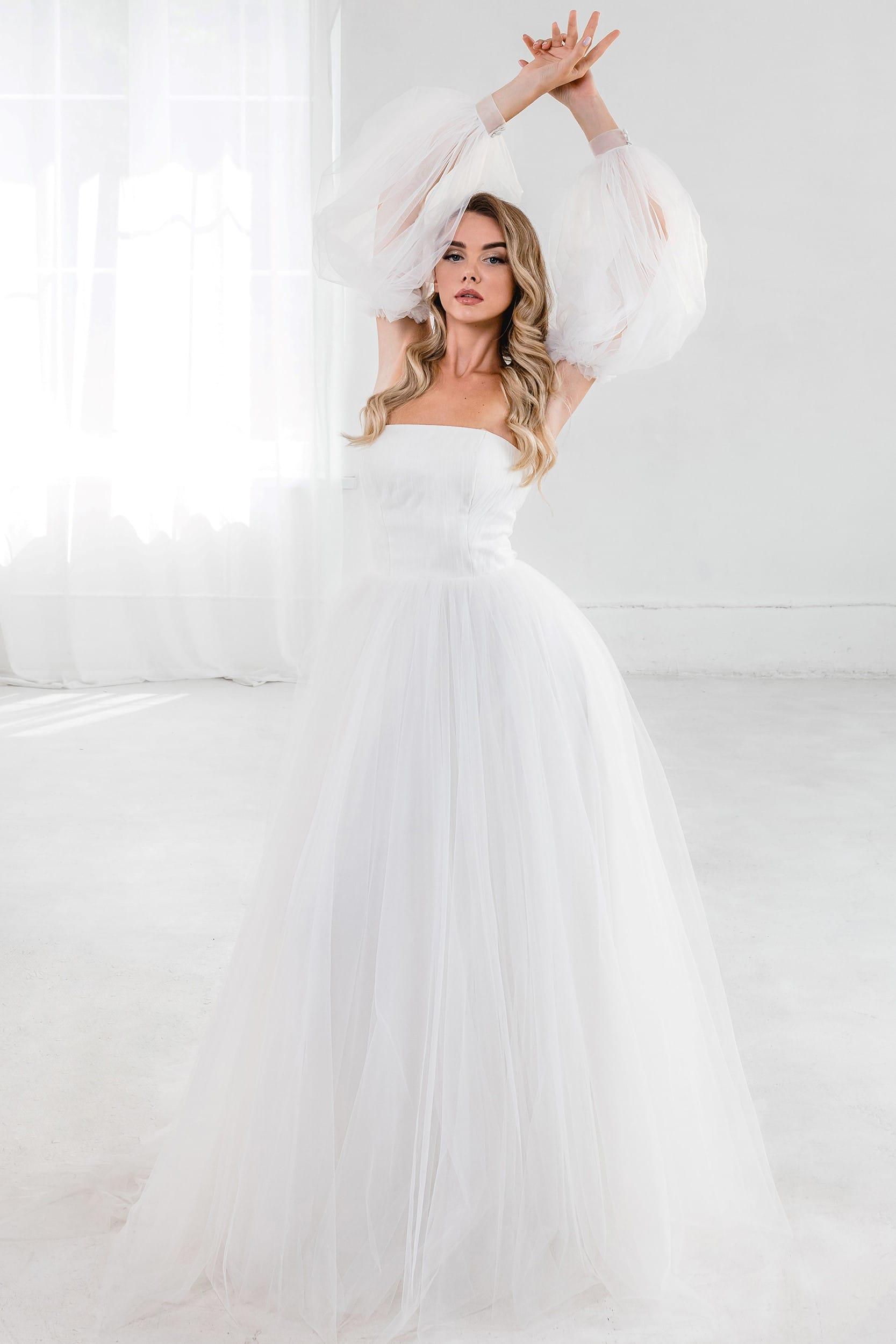 Свадебное платье с необычными рукавами, открытая спина, открытые плечи. Винтаж. Пышный силуэт. Молочный цвет