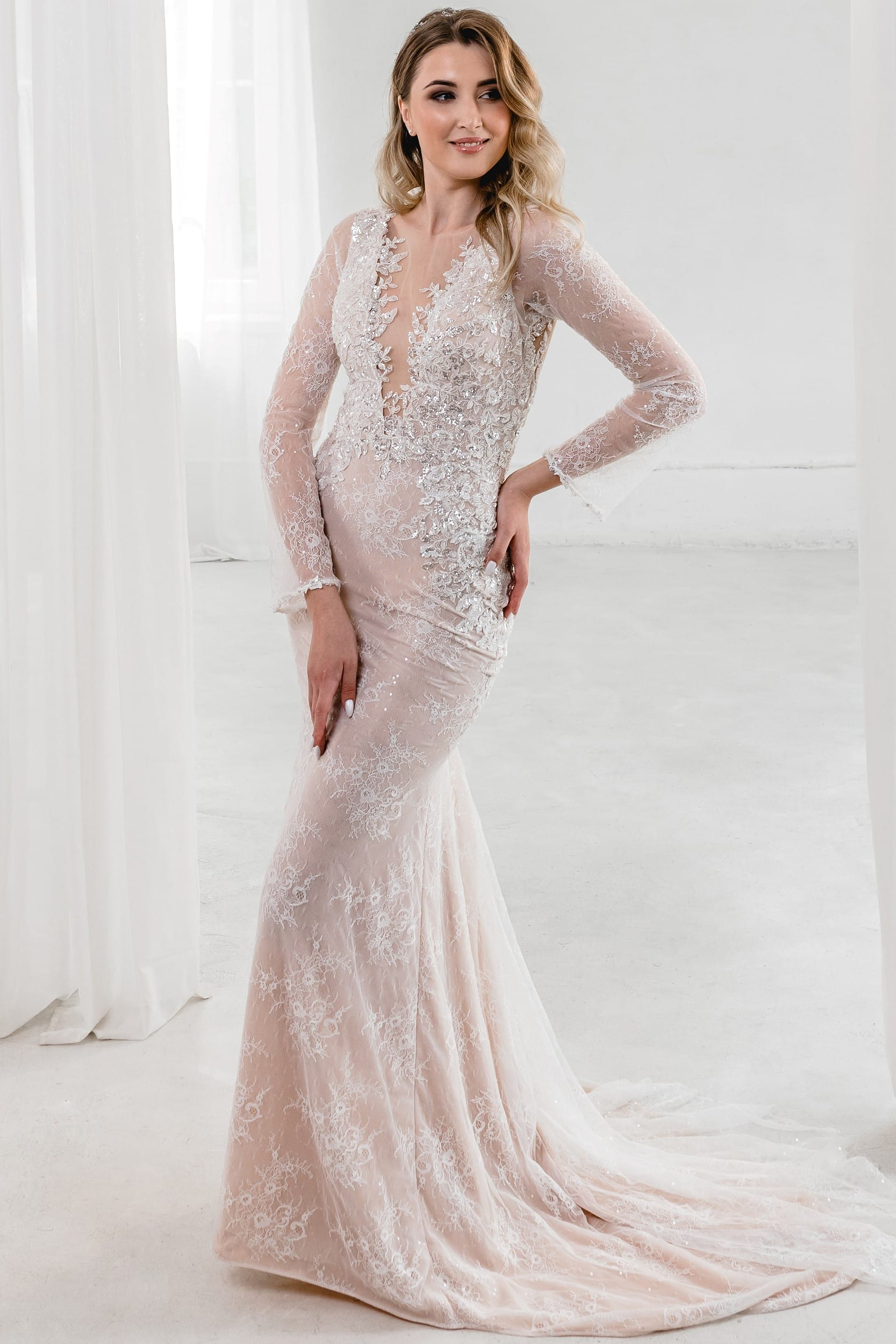 Cвадебное платье рыбка с красивой открытой спинкой и невероятным кружевом. Песочный цвет, классический стиль