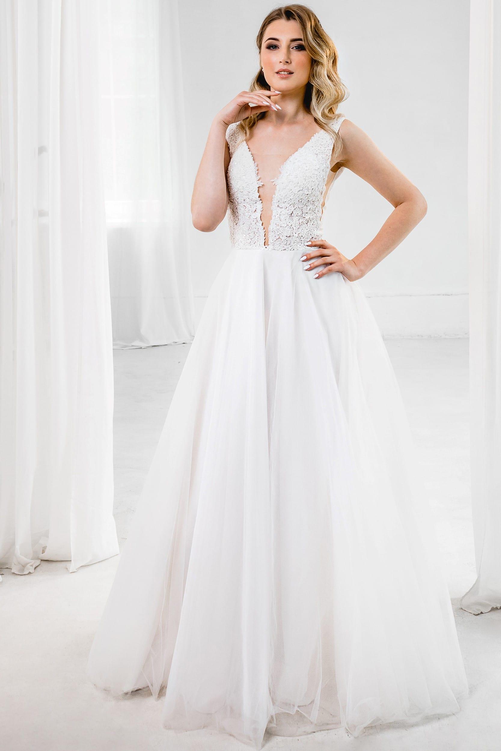 Свадебное платье с открытым декольте и открытой спиной, без рукавов. А-силуэт, классический стиль, цвет молочный